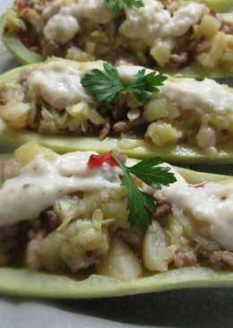 Calabacines rellenos de carne con salsa blanca