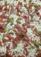 Pizza con boloñesa, jamón y aceitunas