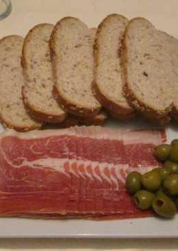 Jamón y aceitunas con pan de semillas