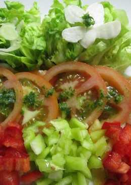 Ensalada de tomate, lechuga y pimientos con salsa verde