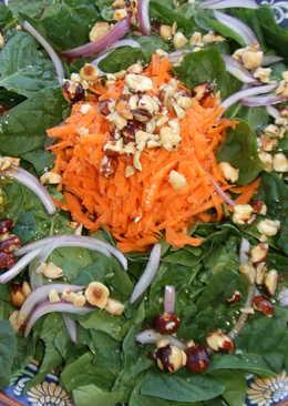 Ensalada de espinacas y zanahorias con aliño de avellanas