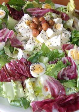 Ensalada rápida con mozzarella y huevos de codorniz y aceitunas