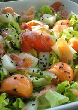 Ensalada de papaya, melón y jamón crujiente