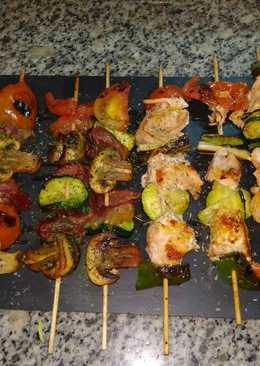 Brochetas de salmón, jamón y verduras