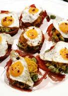 Cestas crujientes de jamón con habitas baby y huevos de codorniz