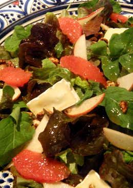 Ensalada con pera, pomelo rosa, brie y frutos secos especiados