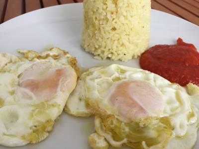 Arroz blanco con huevo y tomate