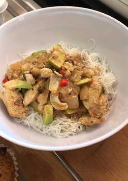 Curry de pollo rápido y sencillo con anacardos, leche de coco y