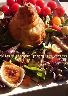 Pera en hojaldre con ensalada de roquefort, queso de cabra caramelizado, nueces y pistachos