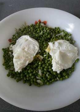 Guisantes con huevos escalfados