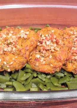 Filetes rusos vegetales sobre judías pasadas por la sartén - tupper
