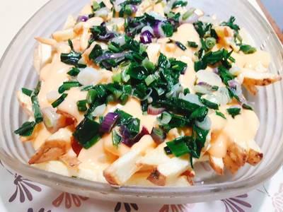 Papas fritas con cheddar y cebollita de verdeo