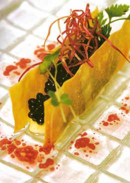 Caviar iraní con mantequilla, huevo y jamón