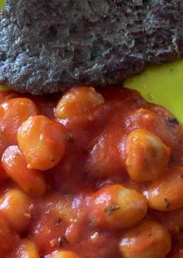 Hamburguesa casera con ñoquis en salsa