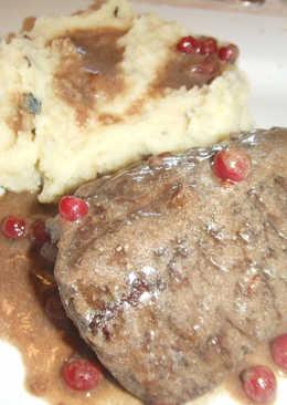 Medallones de ciervo en salsa de grosellas con puré trufado