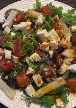 Brotes Verdes con tomates, espárragos, queso fresco y cúrcuma