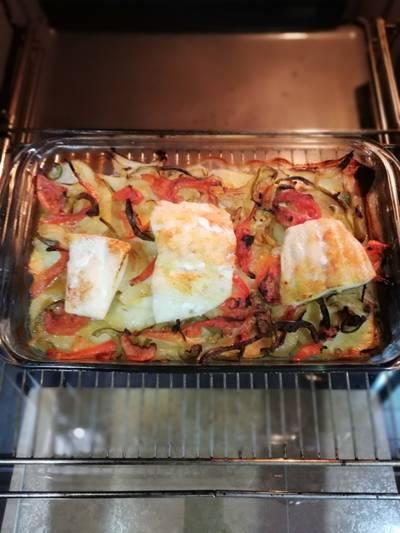 Bacalao en cama de patatas y verduras