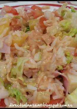 Ensalada de arroz, piña y salsa rosa