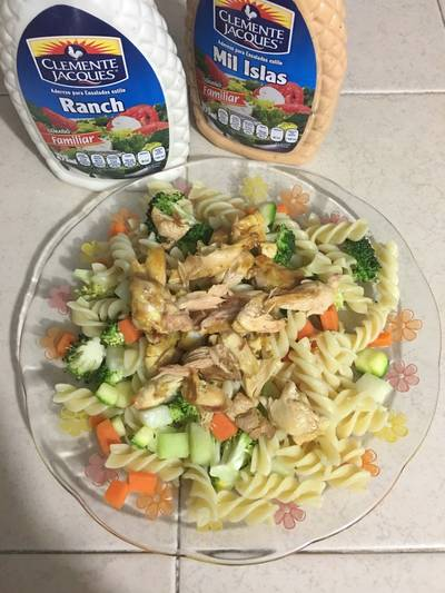 Fusili con ensalada de verduras y pollo