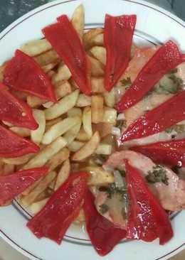 Filetes de lomo en salsa verde con patatas fritas y pimientos de piquillo