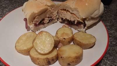 Sandwich de pollo con cebollas moradas y papas rústicas