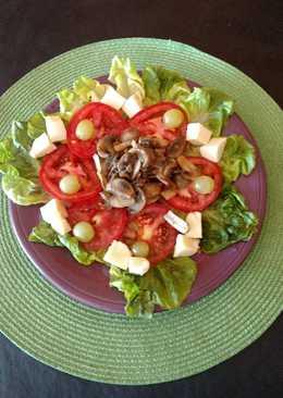 Ensalada de lechuga, tomate, mozzarella y champiñones