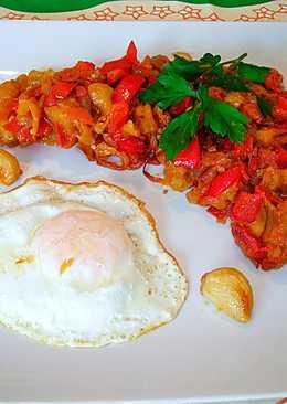 Huevo frito con pimiento rojo, berenjenay cebolla