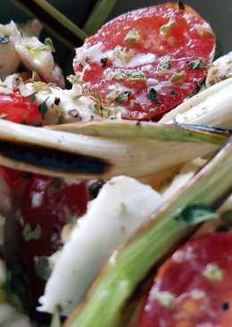 Ensalada de ajos tiernos, mozzarella, tomate y albahaca