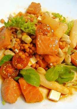 Ensalada de legumbres con salmón macerado