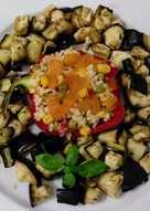 Pimientos rellenos de arroz tres delicias con caqui y berenjenas al vapor con hierbas provenzales
