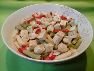 Pasta con tofu, vegetales, atún y salsa de soja