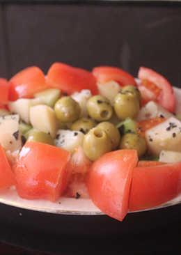 Ensalada de tomate y patata con sal negra