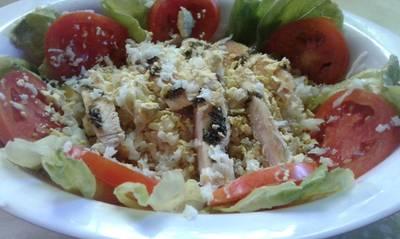 Ensalada fresca de arroz y pollo