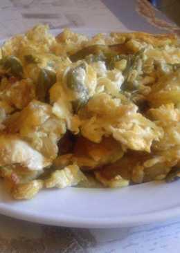 Patatas revueltas con huevos, cebolla y pimientos