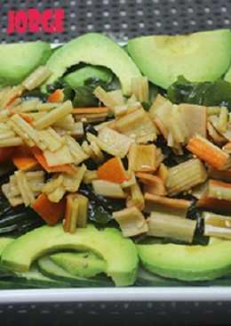 Ensalada de wakame, pepino y aguacate