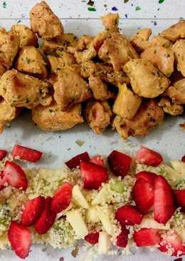 Pinchitos de pollo y tabulé con frutas