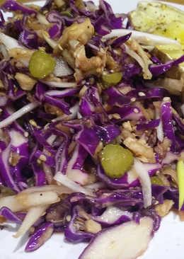 Ensalada de col lombarda con atún, pepinillos y salsa agridulce