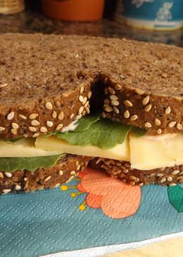 Bocadillo de jamón, queso gouda y hojas de kale