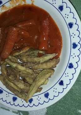 Salchichas bigqueso con berenjena fritas y tomate