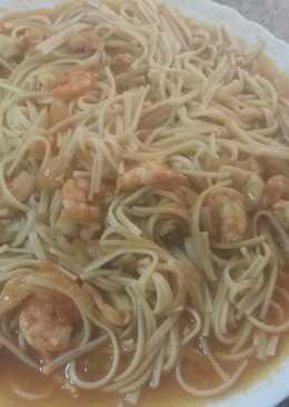 Mixto de espaguettis y tallarines, en salsa marinera, con chipirones y langostinos