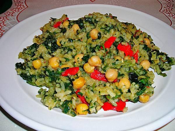 Pilaf verdoso con garbanzos y pimientorojo para veganos