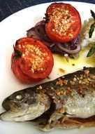 Trucha y tomate almendrados al horno con guarnición