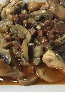 Pollo con ibericos y champiñones en salsa al tomillo