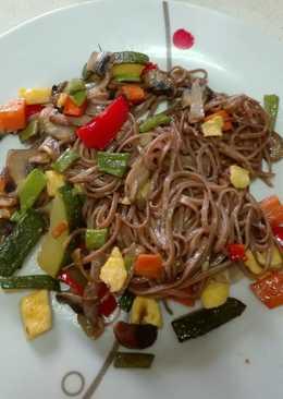 Noodles con verduras salteadas