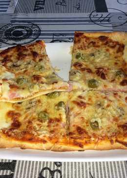 Pizza 4 estaciones con bordes rellenos de queso