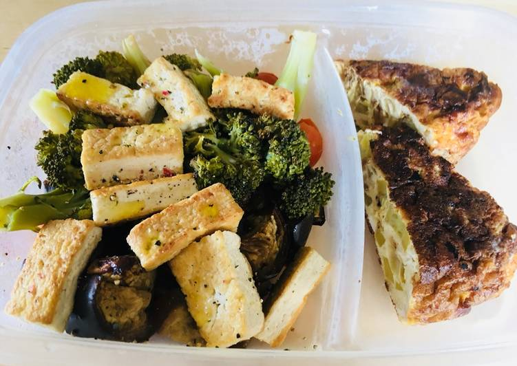 Comida para llevar al trabajo: verdura asada, tofu a la plancha y tortilla de calabacín y cebolla