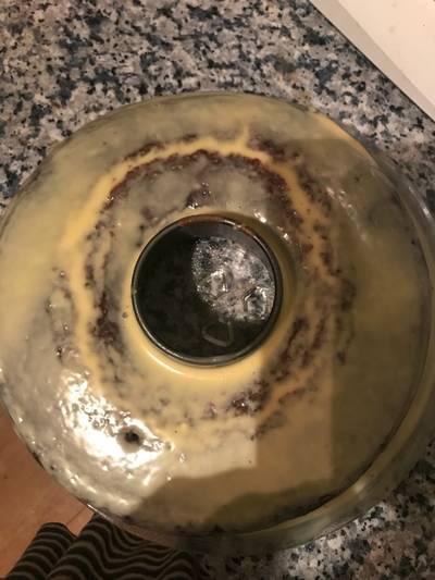 Bizcocho de chocolate bañado con chocolate blanco