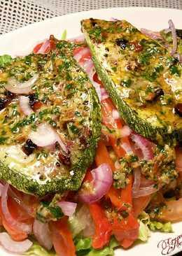 Ensalada de pimientos y calabacines asados, con ali oli de tomates secos