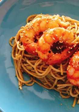 Espaguetis integrales al pesto con gambón