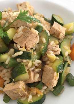 Salteado de tofu con arroz integral y verduras